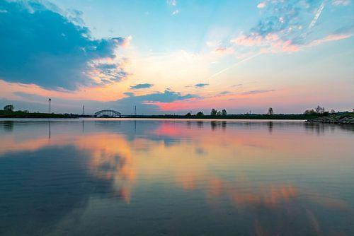 Kleurig avondlicht gereflecteerd in het water, vlak na zonsondergang van