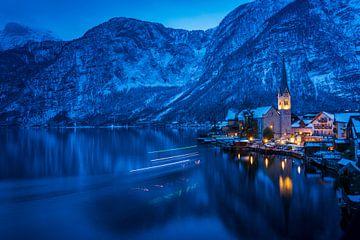 Hallstatt bij nacht met lichten van een kleine veerboot van Sonja Birkelbach