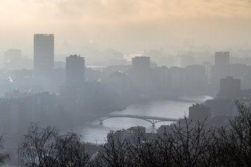 Mistige ochtend skyline Luik von Dennis van de Water