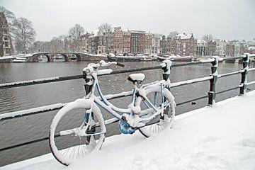 Besneeuwd Amsterdam aan de Amstel van Nisangha Masselink