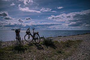 2 fietsen op het strand