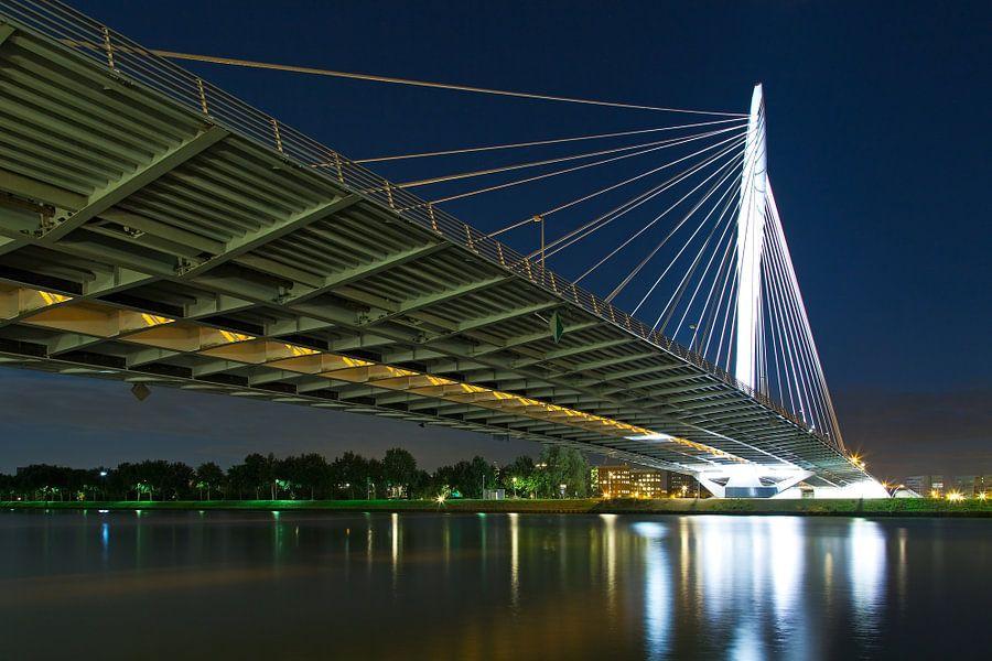 Nachtfoto Prins Clausbrug van onderen gezien te Utrecht