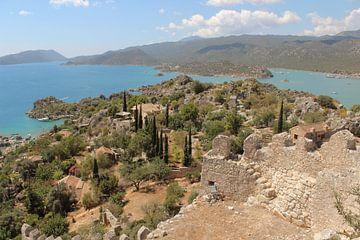 Grieks eiland met ruïne en uitzicht op Middellandse zee van Robin Jongerden