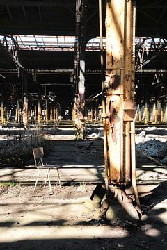 verlassene Fabrikhalle mit Stuhl von Heiko Kueverling