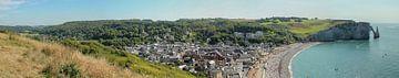 Panorama van zicht op Frans kuststadje Étretat van Mike Maes