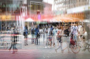 Menigte van anonieme mensen in een winkelcentrum in de grote stad, abstracte dubbele blootstelling. van Maren Winter