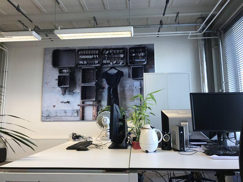 Klantfoto: LBD/ zwarte jurk aan oude meterkast in oude urban fabriek. van Tineke Bos