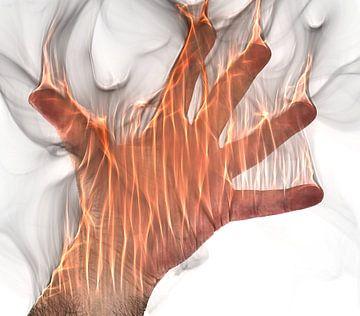 Menschliche Hand steht in Flammen von MPfoto71