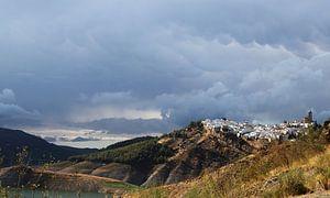 Iznájar op een bewolkte dag. van Jan Katuin