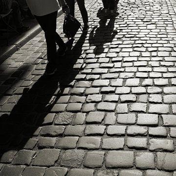 Les ombres des personnes qui arrivent sur Heiko Kueverling