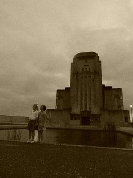 2 mensen die kijken naar de lucht bij Radio Kootwijk van Wilbert Van Veldhuizen