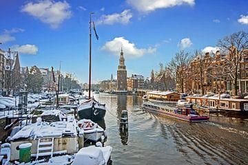 Besneeuwd Amsterdam met de Montelbaan toren in de winter van Nisangha Masselink