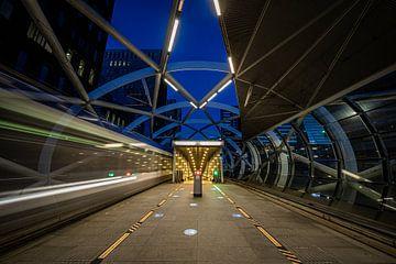 De tramhalte bij het Beatrixkwartier in Den Haag in de avond. van Claudio Duarte