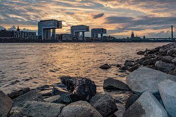 Kraanhuizen in Keulen aan de Rijn bij zonsondergang van 77pixels