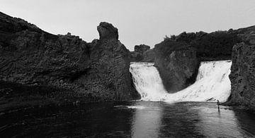 Visser bij een waterval van Willem van den Berge