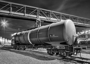 Zugwaggons mit Pipeline Überführung in der night_1 von Tony Vingerhoets