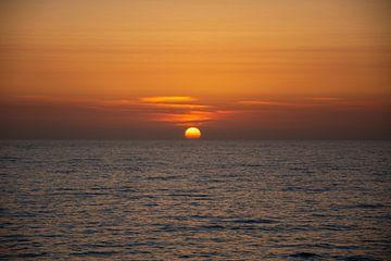 Die Sonne verschwindet fast hinter dem Horizont von Petra van Teeffelen