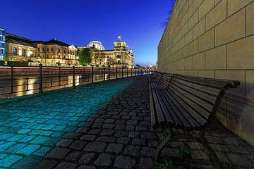 Reichstag Berlin mit Bänken an der Spreepromenade von Frank Herrmann
