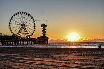 Zonsondergang op het strand in Scheveningen van Michelle van den Boom