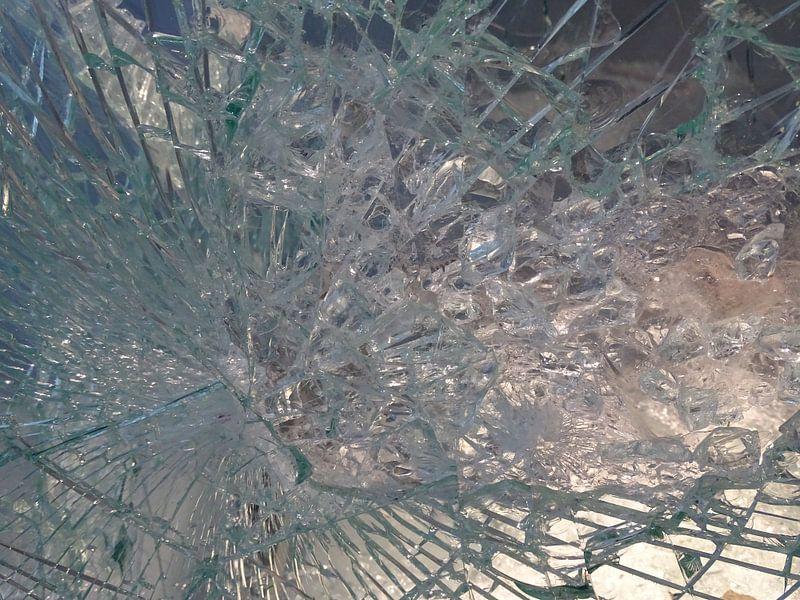 Spinnenweb in glas als een prachtig abstract  beeld                van Tineke Laverman