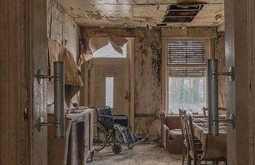 Wohnzimmer in einem alten, verlassenen Haus von John Noppen