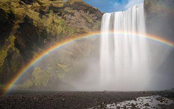 Skogafoss door een regenboog vergezeld