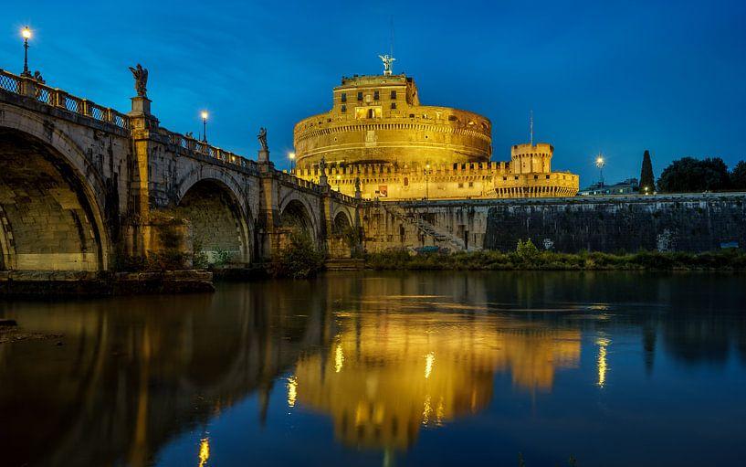 Castel Sant'Angelo in het blauwe uur. van Teun Ruijters