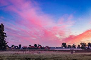 Explosieve kleuren bij zonsopgang I van Anneke Hooijer