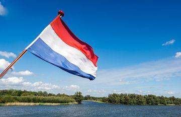 Rood wit blauwe vlag wapperend op de achtersteven van een boot van