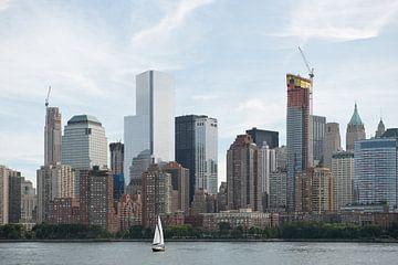 New York skyline met zeilboot van Remke Spijkers