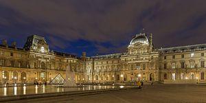 Het Louvre Museum in Parijs in de avond - 1