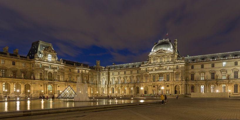 Het Louvre Museum in Parijs in de avond - 1 van Tux Photography