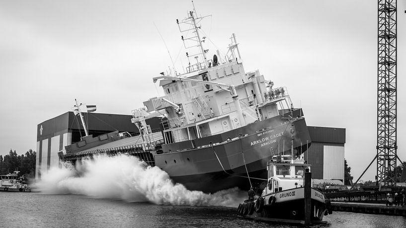 Zijwaartse terwaterlating van een schip van Roy Kosmeijer