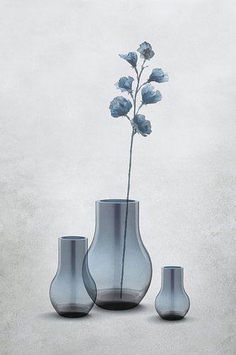 Glazen vazen in transparante grijs-blauwe tinten