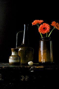 Bild eines Stillebens mit Vasen aus den 70er Jahren mit Gerberas. von Therese Brals
