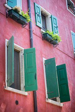 Maison méditerranéenne peinte en rouge avec volets sur Fotografiecor .nl