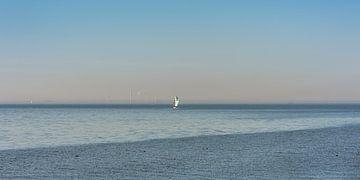 Zeilschip op een rustige voorjaarsdag op het IJsselmeer nabij Stavoren van Harrie Muis