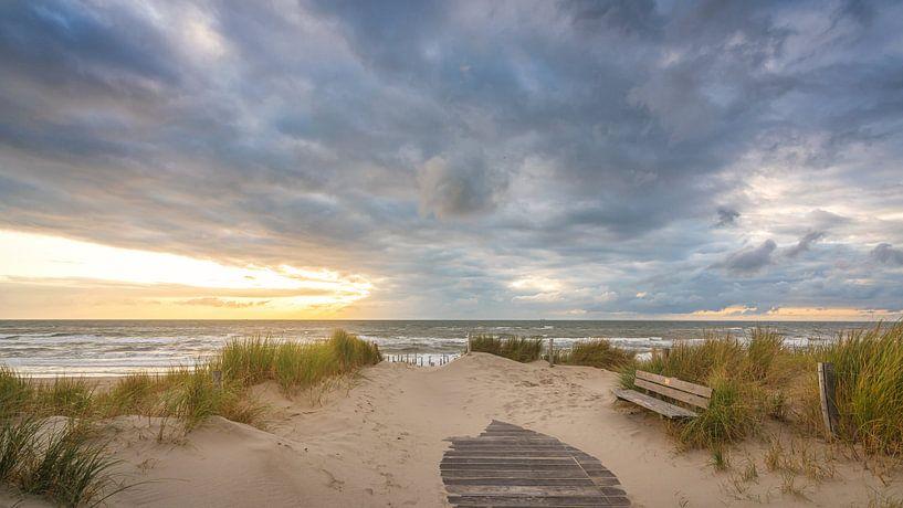 Wolkenlucht bij de strandopgang van Petten aan Zee van Martijn van Dellen