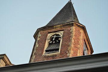 Kerktoren uit de 15e eeuw. van Kim De Sutter
