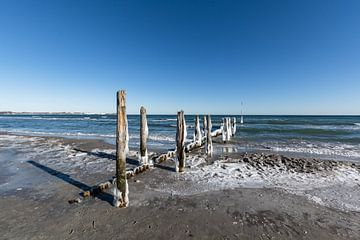 ijzige kribben op het strand in Juliusruh, Rügen van GH Foto & Artdesign