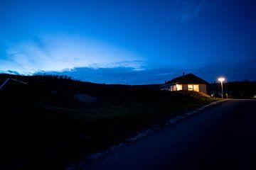 Blaue Nordlichter in einer Hütte in den Dünen von Texel von John Ozguc