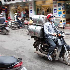 Het vervoermiddel in Azie is de bromfiets. van Arie Storm