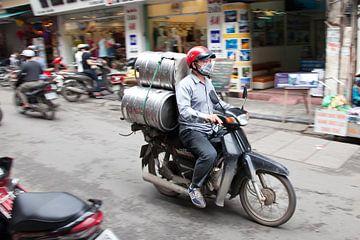 Het vervoermiddel in Azie is de bromfiets. von Arie Storm