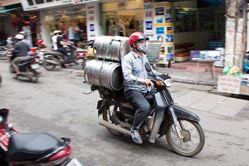Het vervoermiddel in Azie is de bromfiets. van