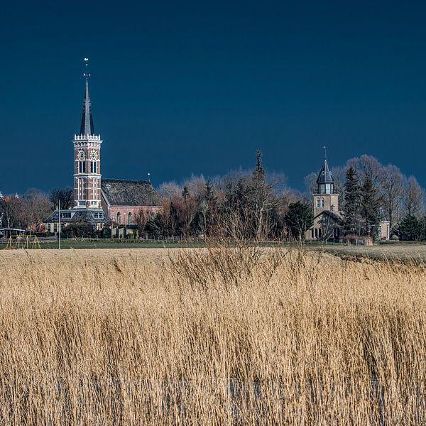 Het Friese dorpje Cornwerd met droog riet op de voorgrond.
