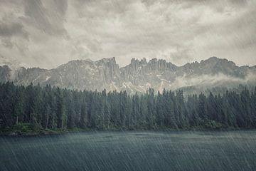 Regen auf dem See von Manjik Pictures