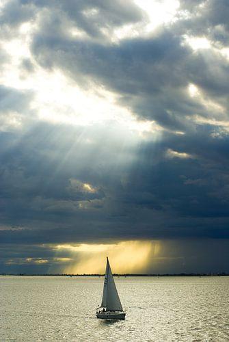Zeilboot in zonlicht. van