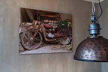 Kundenfoto: altes Mofa in der Garage in Spanien von Clazien Boot, auf alu-dibond