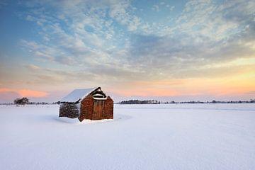 Vervallen schuur in de sneeuw van Peter Bolman