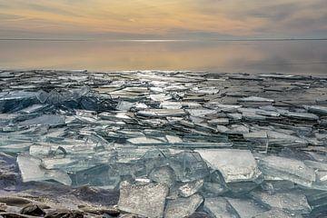 Kruiend ijs op het IJsselmeer. van Bert de Boer
